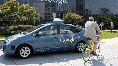 Xe tu lai cua Google dam trung xe buyt - Anh 1