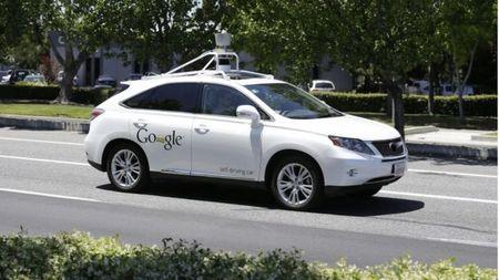 Xe tu lai cua Google dam trung xe buyt - Anh 2