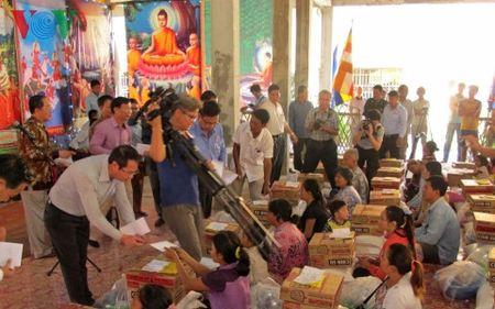 Chung tay cuu giup cac gia dinh Viet kieu tai Campuchia gap hoa hoan - Anh 1