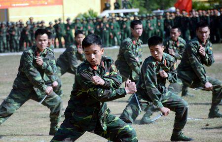 Dai tuong Do Ba Ty du Le ra quan huan luyen tai Trung doan 101 - Anh 12