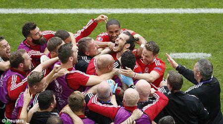 Dinh menh goi ten Gareth Bale, Xu Wales thang tran nghet tho - Anh 1