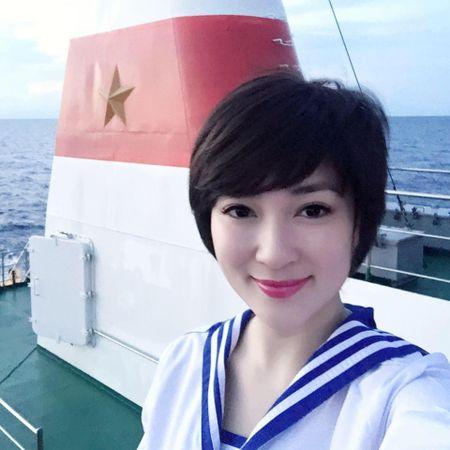 Hoa hau Nguyen Thi Huyen xinh dep trong trang phuc hai quan tham Truong Sa - Anh 1