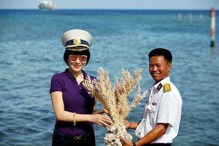 Hoa hau Nguyen Thi Huyen xinh dep trong trang phuc hai quan tham Truong Sa - Anh 3