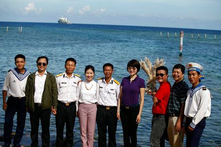 Hoa hau Nguyen Thi Huyen xinh dep trong trang phuc hai quan tham Truong Sa - Anh 4