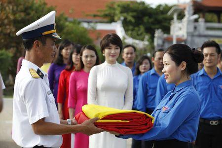 Hoa hau Nguyen Thi Huyen xinh dep trong trang phuc hai quan tham Truong Sa - Anh 5
