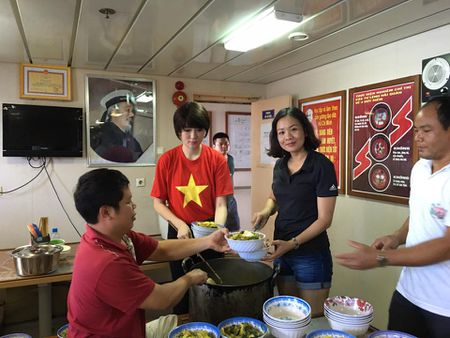 Hoa hau Nguyen Thi Huyen xinh dep trong trang phuc hai quan tham Truong Sa - Anh 7