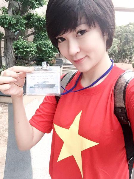 Hoa hau Nguyen Thi Huyen xinh dep trong trang phuc hai quan tham Truong Sa - Anh 9
