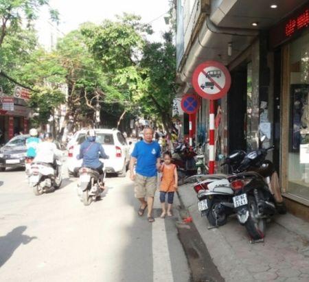 Tinh trang hang quan lan chiem via he, long duong van chua cham dut - Anh 1