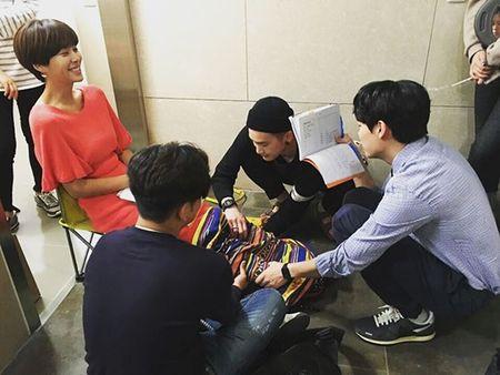 Sao Han 12/6: Tae Yeon gac chan quyen ru, Hani bi che toc nhu choi xe - Anh 4