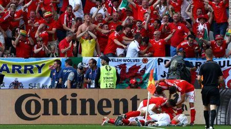 """Cuoc chien"" tren san co Euro 2016 qua anh - Anh 11"