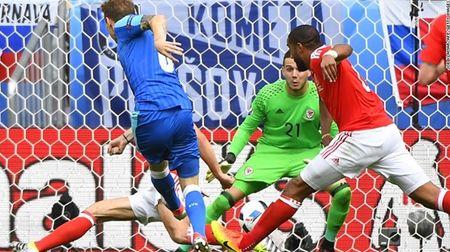 """Cuoc chien"" tren san co Euro 2016 qua anh - Anh 13"
