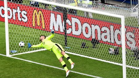 """Cuoc chien"" tren san co Euro 2016 qua anh - Anh 15"