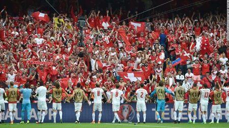 """Cuoc chien"" tren san co Euro 2016 qua anh - Anh 16"