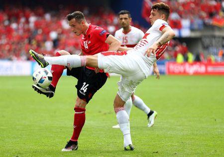 """Cuoc chien"" tren san co Euro 2016 qua anh - Anh 18"