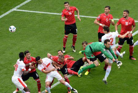 """Cuoc chien"" tren san co Euro 2016 qua anh - Anh 19"