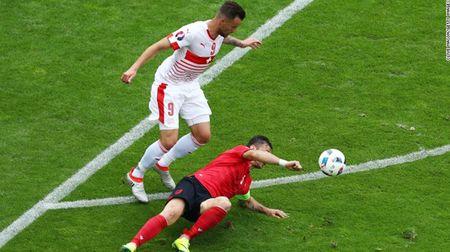 """Cuoc chien"" tren san co Euro 2016 qua anh - Anh 20"