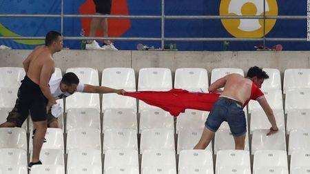 """Cuoc chien"" tren san co Euro 2016 qua anh - Anh 2"