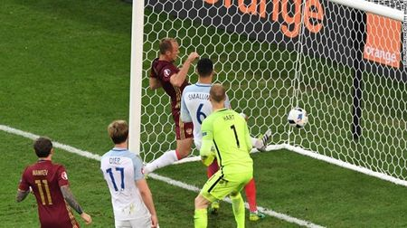 """Cuoc chien"" tren san co Euro 2016 qua anh - Anh 3"
