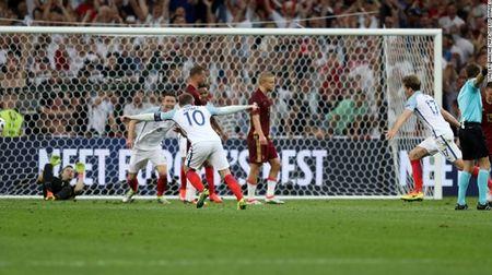 """Cuoc chien"" tren san co Euro 2016 qua anh - Anh 6"