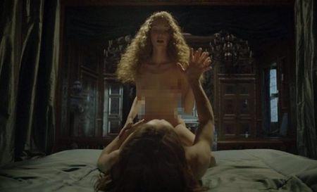 'Versailles' gay tranh cai vi canh sex nhieu gap doi 'Game of Thrones' - Anh 2