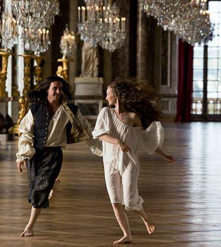 'Versailles' gay tranh cai vi canh sex nhieu gap doi 'Game of Thrones' - Anh 3