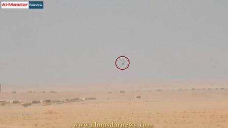 Video: Binh si Syria ban roi mot drone do tham cua IS - Anh 1