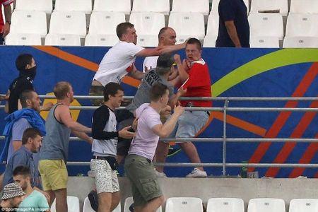 Bao loan kinh hoang o tran Anh - Nga tren san Stade Velodrome - Anh 10