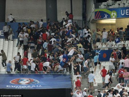 Bao loan kinh hoang o tran Anh - Nga tren san Stade Velodrome - Anh 1