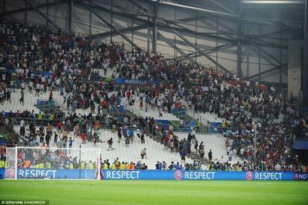 Bao loan kinh hoang o tran Anh - Nga tren san Stade Velodrome - Anh 2