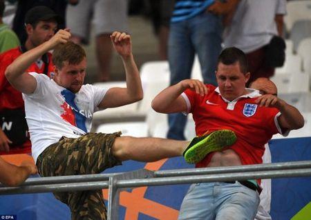 Bao loan kinh hoang o tran Anh - Nga tren san Stade Velodrome - Anh 5