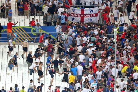 Bao loan kinh hoang o tran Anh - Nga tren san Stade Velodrome - Anh 7