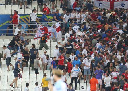 Bao loan kinh hoang o tran Anh - Nga tren san Stade Velodrome - Anh 8