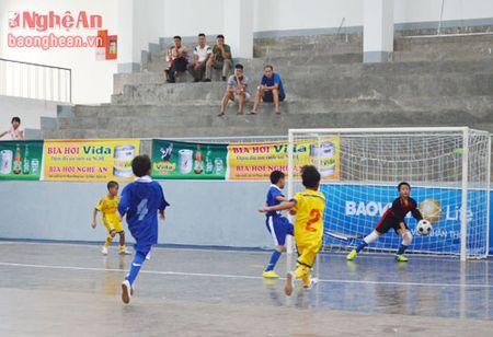 Nhi dong Que Phong nuoi hy vong vao vong trong khi thang Tuong Duong 2-0 - Anh 2