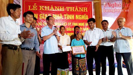 Ban giao nha tinh nghia cho me liet sy o Tuong Duong - Anh 1