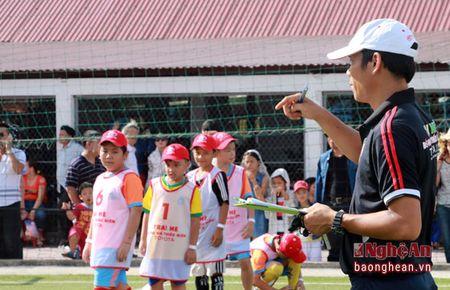 Huy Hoang, Hong Son cung tham gia tuyen chon cau thu nhi tai Nghe An - Anh 8