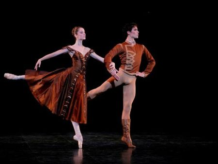 Dem dien 'Paris Ballet': Dep mat, thang hoa, nhung chua 'da' - Anh 1