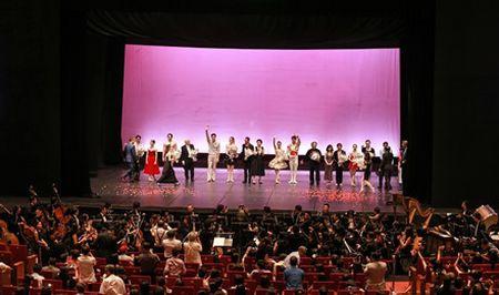 Dem dien 'Paris Ballet': Dep mat, thang hoa, nhung chua 'da' - Anh 3