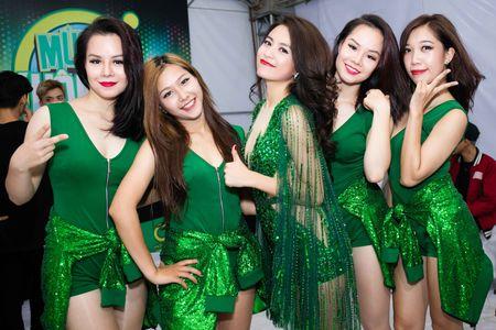 Hoang Thuy Linh mac goi cam chay show Euro o Ha Noi - Anh 7