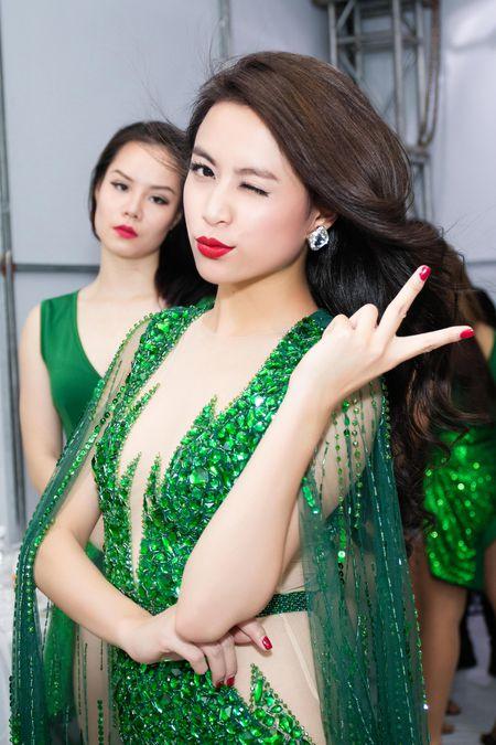 Hoang Thuy Linh mac goi cam chay show Euro o Ha Noi - Anh 8