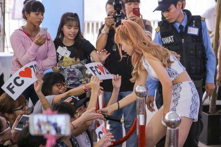 Khoi My bi fan vay chat o show dien - Anh 8