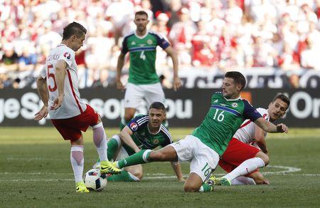 Ba Lan vs Bac Ireland (0-0, H1): Lewandowski xuat kich - Anh 1