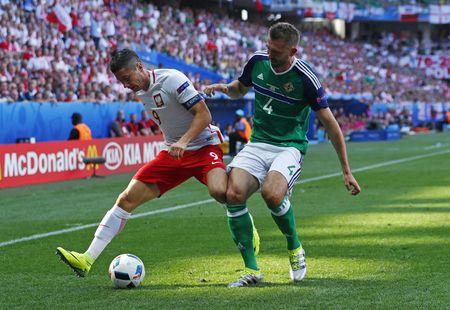 Ba Lan vs Bac Ireland (0-0, H1): Lewandowski xuat kich - Anh 2