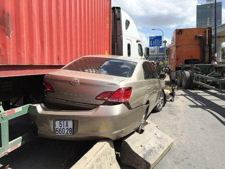 Container 'dai nao' duoi doc cau, xe may nam la liet - Anh 3