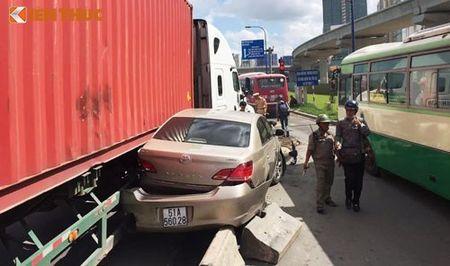 Container dam nat hang loat oto, xe may giua Sai Gon - Anh 1