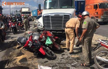 Container dam nat hang loat oto, xe may giua Sai Gon - Anh 2