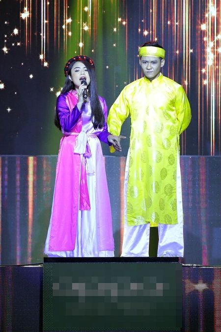 Biet doi tai nang: Hoc tro Phuong Thanh mang vay dai 30m len san khau - Anh 4