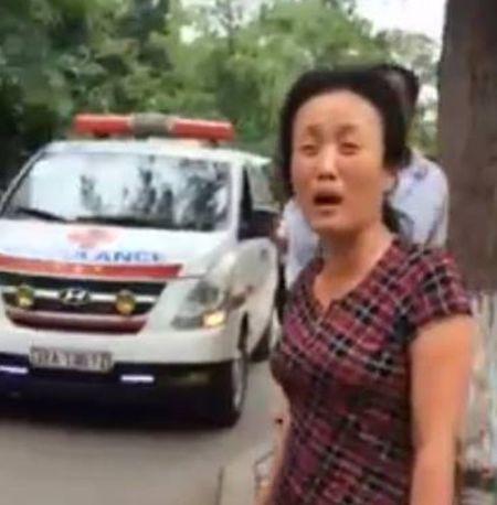 Giam doc BV Nhi Trung uong xin loi viec bao ve chan xe cap cuu - Anh 1