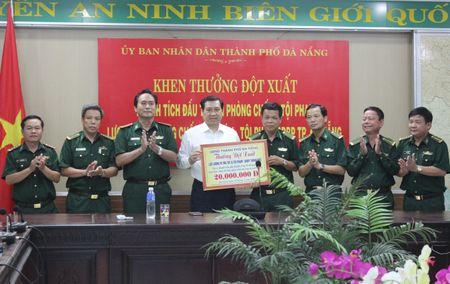 Chu tich Da Nang 'thuong nong' 20 trieu cho luc luong pha an ma tuy, thuoc no - Anh 1