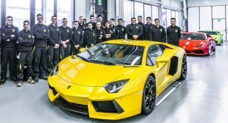 Lamborghini lap ky luc: 2 tieng ban mot sieu xe - Anh 1