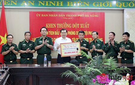 Khen thuong dot xuat Bo doi Bien phong Da Nang bat ma tuy va thuoc no - Anh 1